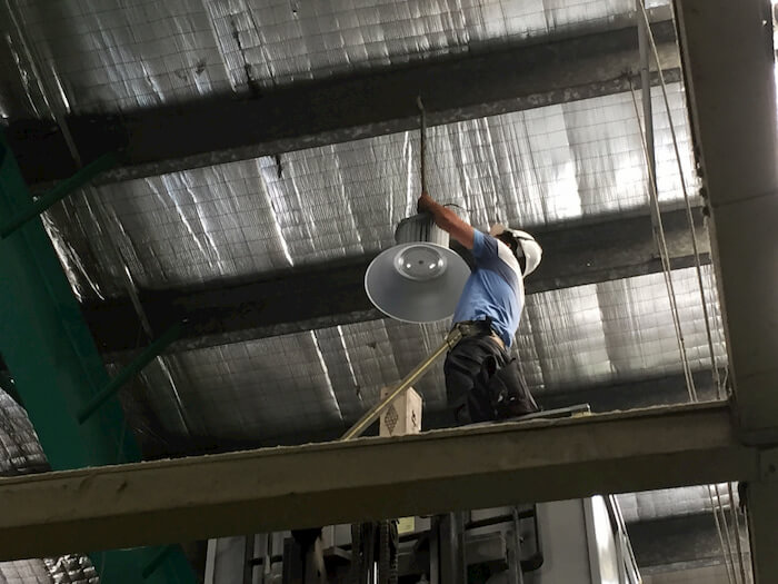 Đèn led nhà xưởng của Rạng Đông được lắp đặt bằng cách treo thả trần